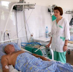 Медсестра ставит капельницу больному после инсульта