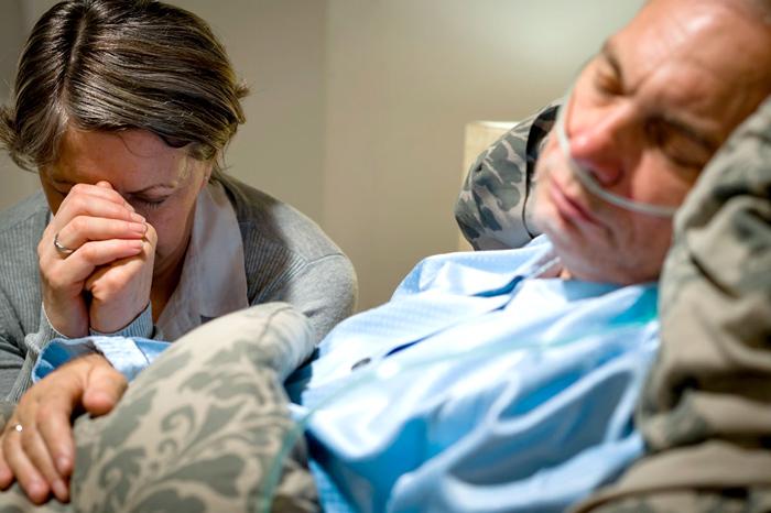 Мужчина с осложнением после инсульта