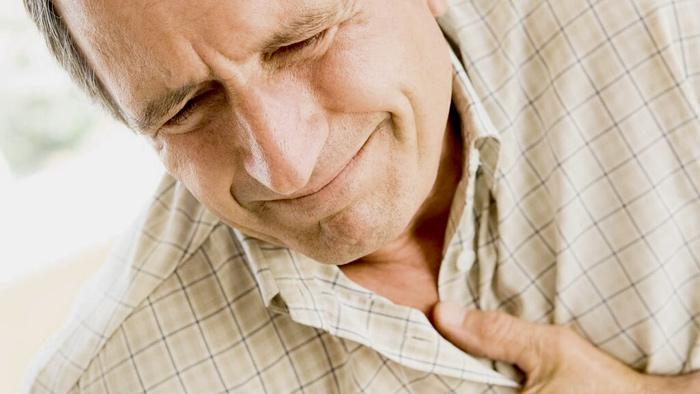 Мужчина с признаками инсульта