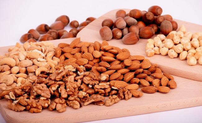 Можно ли и какие кушать орехи кормящей маме во время лактации молока