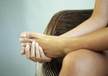 О чем говорят отеки ног у пожилых людей и как с ними бороться?
