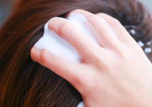 Наносим мусс на волосы