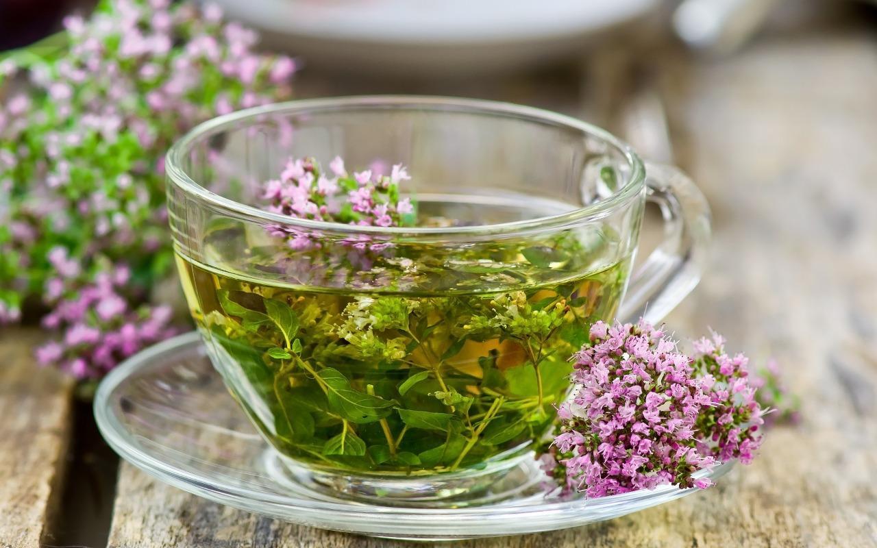 травяные чаи из ромашки, мяты или чабреца